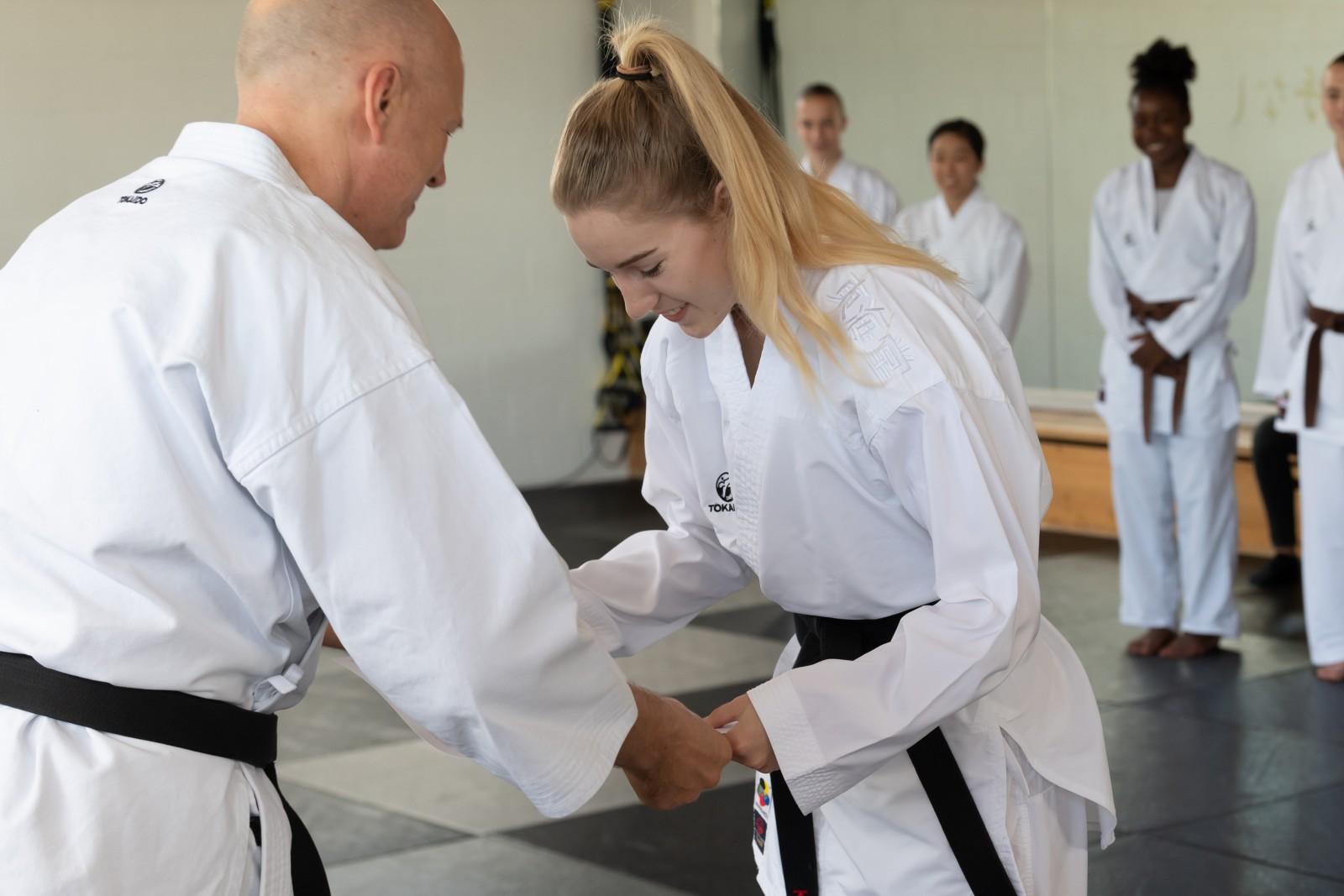 Claudio Caderas überreicht das Diplom an Nina Radjenovic